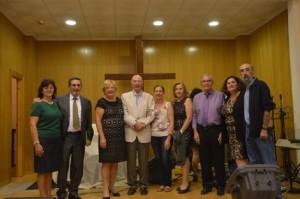 El pastor Sindulfo Díez (en el centro) con su esposa, junto a los pastores Luciano Arévalo y Milagros García y los ancianos de la iglesia en la celebración del 50º Aniversario de la iglesia