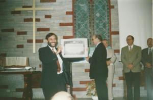 El pastor Luciano Arévalo en el culto de su ordenación en 1996